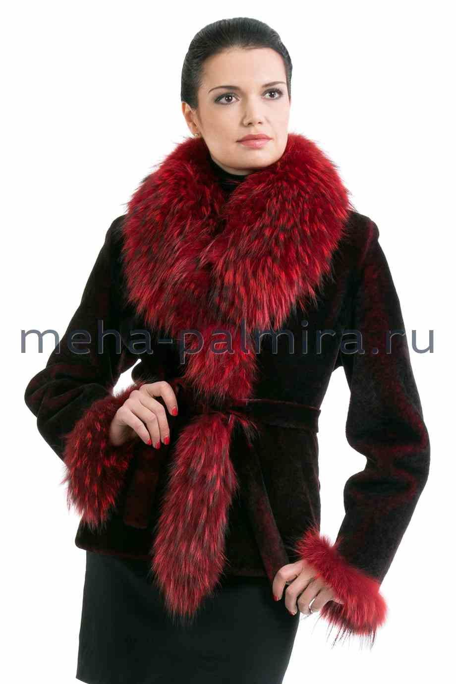 Шуба из мутона с мехом енота, отложной воротник, цвет: бордо
