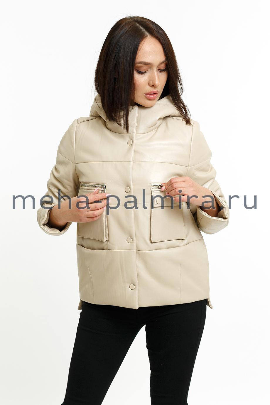 Утепленная женская куртка из кожи с капюшоном бежевого цвета