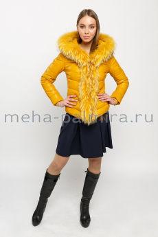 Желтый кожаный пуховик с капюшоном, отделка мех енота