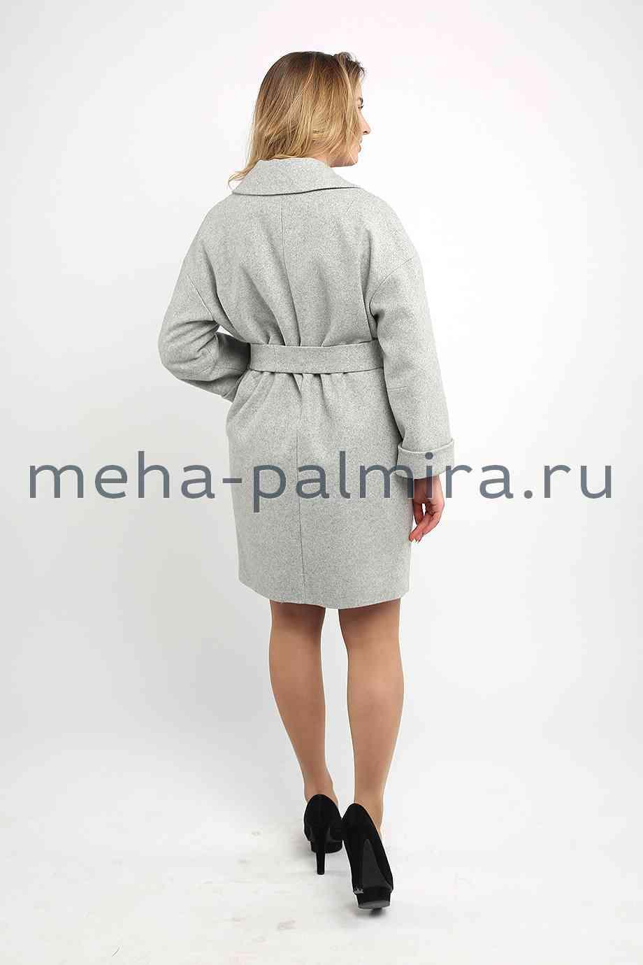 Светлое пальто с поясом
