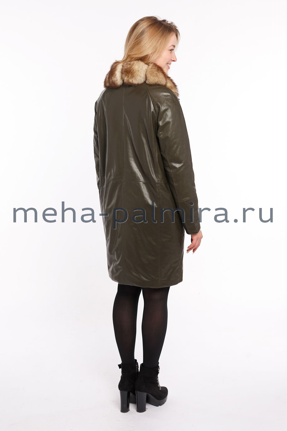 Утеплённый кожаный плащ с воротником из меха енота